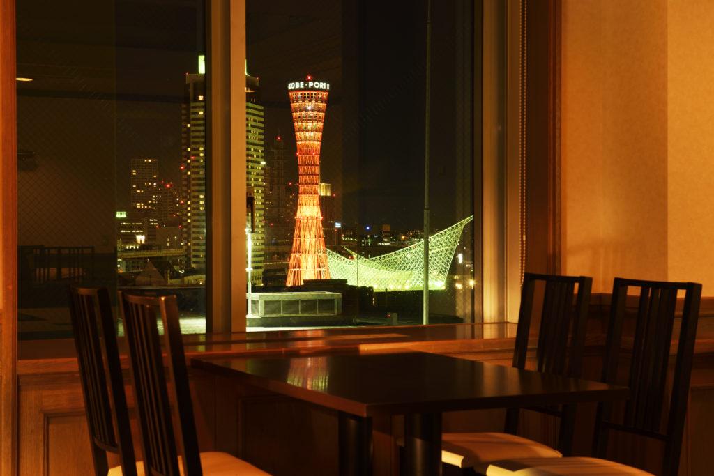 ポートタワーやメリケンパークの夜景が美しい窓側席